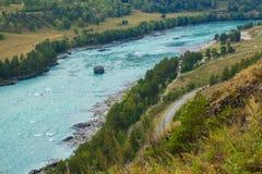 Turkooise Katun-rivier in het Altai-gebied in Siberië Stock Foto's