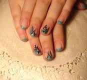 Turkooise manicure met een patroon stock foto's
