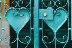 Turkooise metaalgrating met hart gevormde ornamenten - symbool van ijzerliefde royalty-vrije stock foto