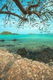 Turkooise Oceaan met de rots op het strand Stock Afbeeldingen