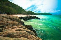 Turkooise Oceaan met de rots op het strand Stock Foto