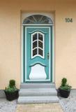 Turkooise oude houten deur, met glasvenster en dakraam stock afbeeldingen