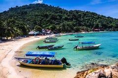 Turkooise Overzees en Leeg Strand met boot-Maleisië Royalty-vrije Stock Foto's