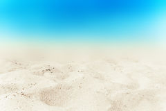 Turkooise overzees en witte zandachtergrond bij de zomerdag Zandige bea royalty-vrije stock foto