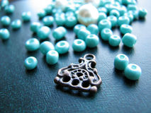 Turkooise parels en stuk van oorring, met de hand gemaakte juwelen, super macrowijze Stock Fotografie