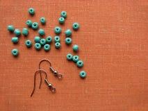 Turkooise parels en stukken voor het maken van oorringen, met de hand gemaakte juwelen Royalty-vrije Stock Foto
