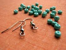 Turkooise parels en stukken voor het maken van oorringen, met de hand gemaakte juwelen stock fotografie