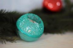 Turkooise snuisterij op Kerstmisboom Royalty-vrije Stock Fotografie