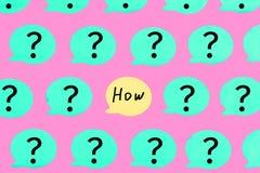 Turkooise stickers met vraagtekens op een roze achtergrond In het centrum van de gele sticker met de vraag HOE vector illustratie