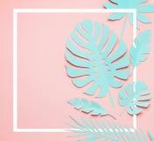 Turkooise tropische bladerenlay-out Wit kader bij document tropische bladeren op roze achtergrond Het creatieve samenstellen in p royalty-vrije stock afbeelding