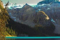 Turkooise water en bergen royalty-vrije stock foto