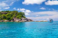 Turkos bevattnar av det Andaman havet i Thailand Arkivfoton
