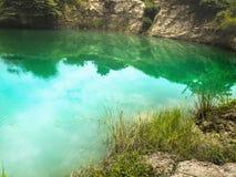 Turkos Jade Lake på middagen Blått grönt damm nära mineralisk bryta plats för otvungenhetDolomite royaltyfri foto