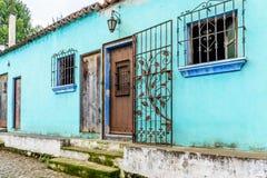 Turkos målade husyttersida med den dekorerade smidesjärnstången Arkivbild