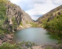 Turkos sjö i bergen Arkivfoto