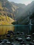 Turkos sjö i mountans med solstrålar fotografering för bildbyråer