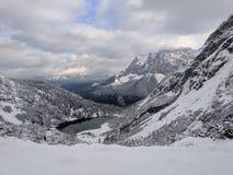 Turkos sjö i vinter fotografering för bildbyråer