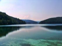 Turkos sjö och skog arkivfoton