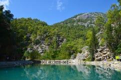 Turkos sjö på bakgrunden av berg i den soliga dagen för sommar, Goynuk kanjon nära Kemer, Turkiet arkivfoto