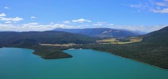 Turkos sjö Rotoiti och bySt Arnaud royaltyfri foto