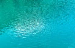 Turkosbakgrund av sjövatten Arkivbilder