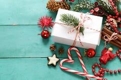 Turkosbakgrund med julsymboler Arkivfoton