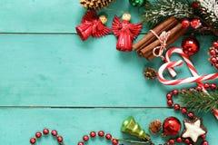 Turkosbakgrund med julsymboler Fotografering för Bildbyråer