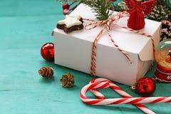 Turkosbakgrund med julsymboler Royaltyfri Bild