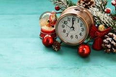 Turkosbakgrund med julsymboler Royaltyfri Foto