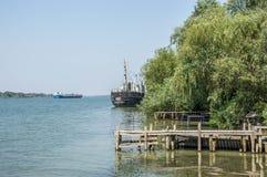 Turkosblått vatten av Danube River royaltyfri bild