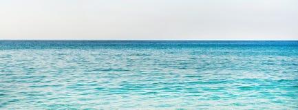 Turkosblått vatten av medelhavet i Alanya, Turkiet Arkivbilder