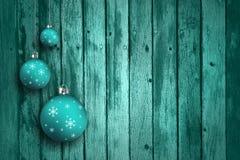 Turkosblåttxmas-kulor på träbakgrund Arkivbild