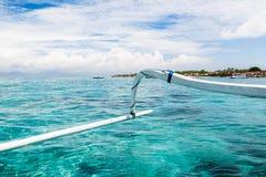Turkoshavet och den tropiska ön Royaltyfria Bilder