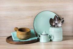 Turkoslerkärl, bordsservis, dishwareredskap och material på träbordsskiva Kökstilleben som bakgrund för design arkivfoton