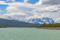 TurkosSerrano flod i Torres del Paine, Patagonia, Chile royaltyfri fotografi