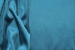 Turkossilkebakgrund wavy abstrakt textur Arkivfoto