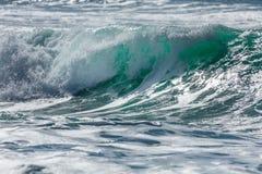 Turkosvåg som bryter på den norr Cornwall kustlinjen royaltyfria bilder