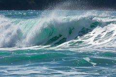 Turkosvågor som bryter på den norr corniska kustlinjen, Fistral strand arkivfoto
