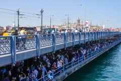 Turkosvatten av den Bosphorus kanalen från Istanbul Bro över Bosphonen med det Galata tornet fotografering för bildbyråer