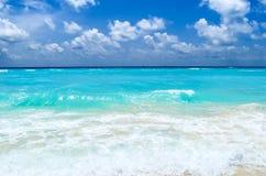 Turkosvatten av det karibiska havet på bakgrundsljuswhien Royaltyfria Bilder