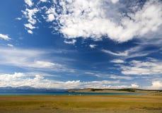 Turkosvatten av Khovsgol sjön Arkivfoton