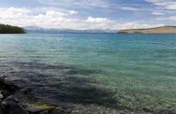 Turkosvatten av Khovsgol sjön Royaltyfri Bild
