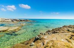 Turkosvatten i den Scoglio di Peppino stranden Arkivfoto