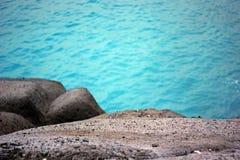 Turkosvatten och steniga klippor arkivfoton