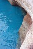 Turkosvatten och steniga klippor royaltyfria foton
