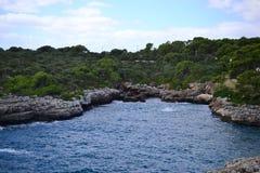 Turkosvatten på den Cala Dor stranden och Cala D 'eller stad, Palma Mallorca Island, Spanien royaltyfria foton