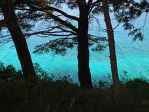 Turkosvattnet av Adriatiskt havet i Kroatien Arkivfoton