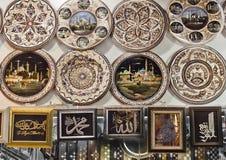 Turkplattor på storslagen basar i Istanbul Royaltyfri Foto