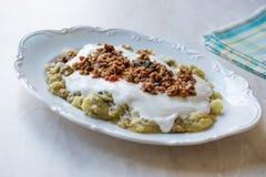Turks Ali Nazik Kebab met Yoghurt, Gehakt en Geroosterde Aubergine of Aubergine/Kebap Stock Afbeeldingen