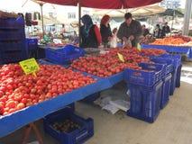 Turks bazaarfruit en plantaardige box stock afbeeldingen